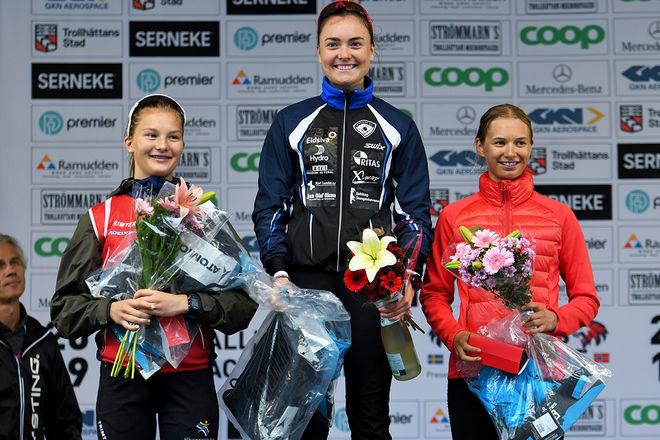 LINN SOFIE MOHN från Norge (mitten) var överlägsen i damjuniorklassen på Alliansloppet. Men bra lopp också av tvåan Alicia Jansson, Filipstad (tv) och trean Ella Selmosson, Lidköping (th). Foto/rights: ROLF ZETTERBERG/kekstock.com