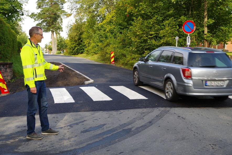 Jan Fredrik Aarseth viser opphøyd gangfelt   i krysset Skoleveien - Sagaveien