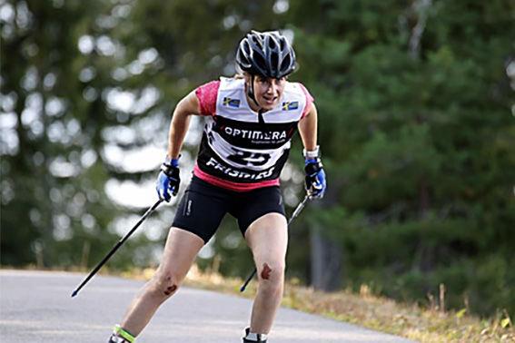 EBBA ANDERSSON på väg mot segern med blod på knäna. Foto: SKIDSKYTTELANDSLAGET