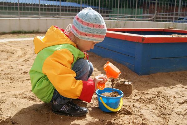 Barn i sandkasse