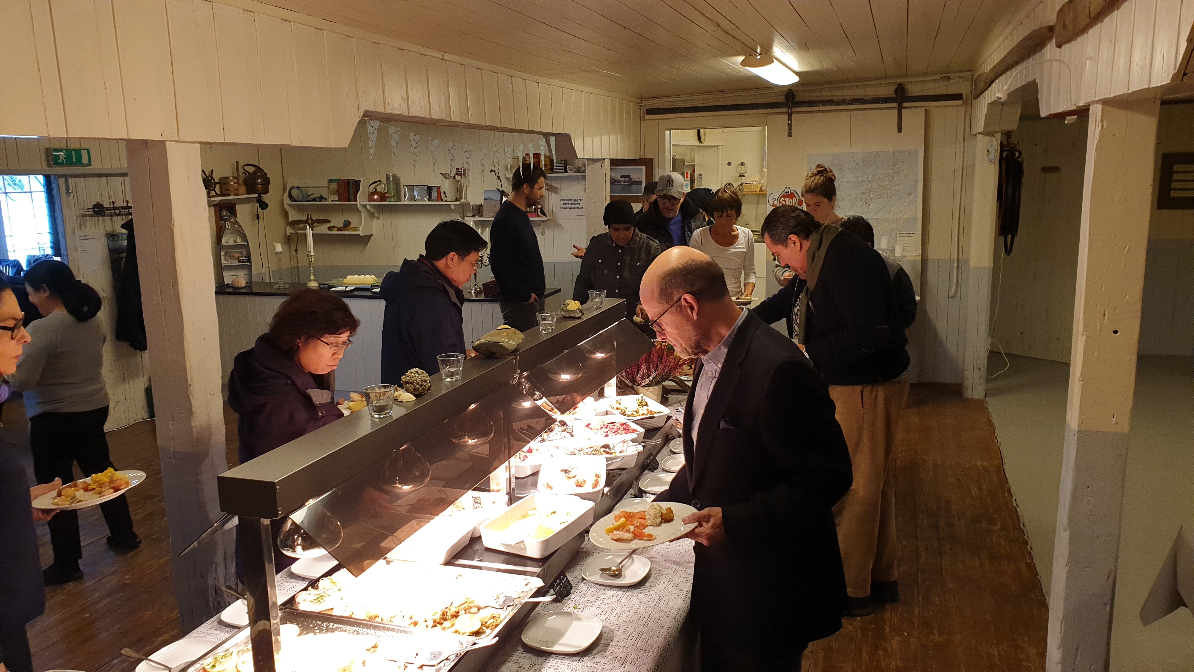 Ambassadører på besøk på Augustbryggo_buffet_Elsa