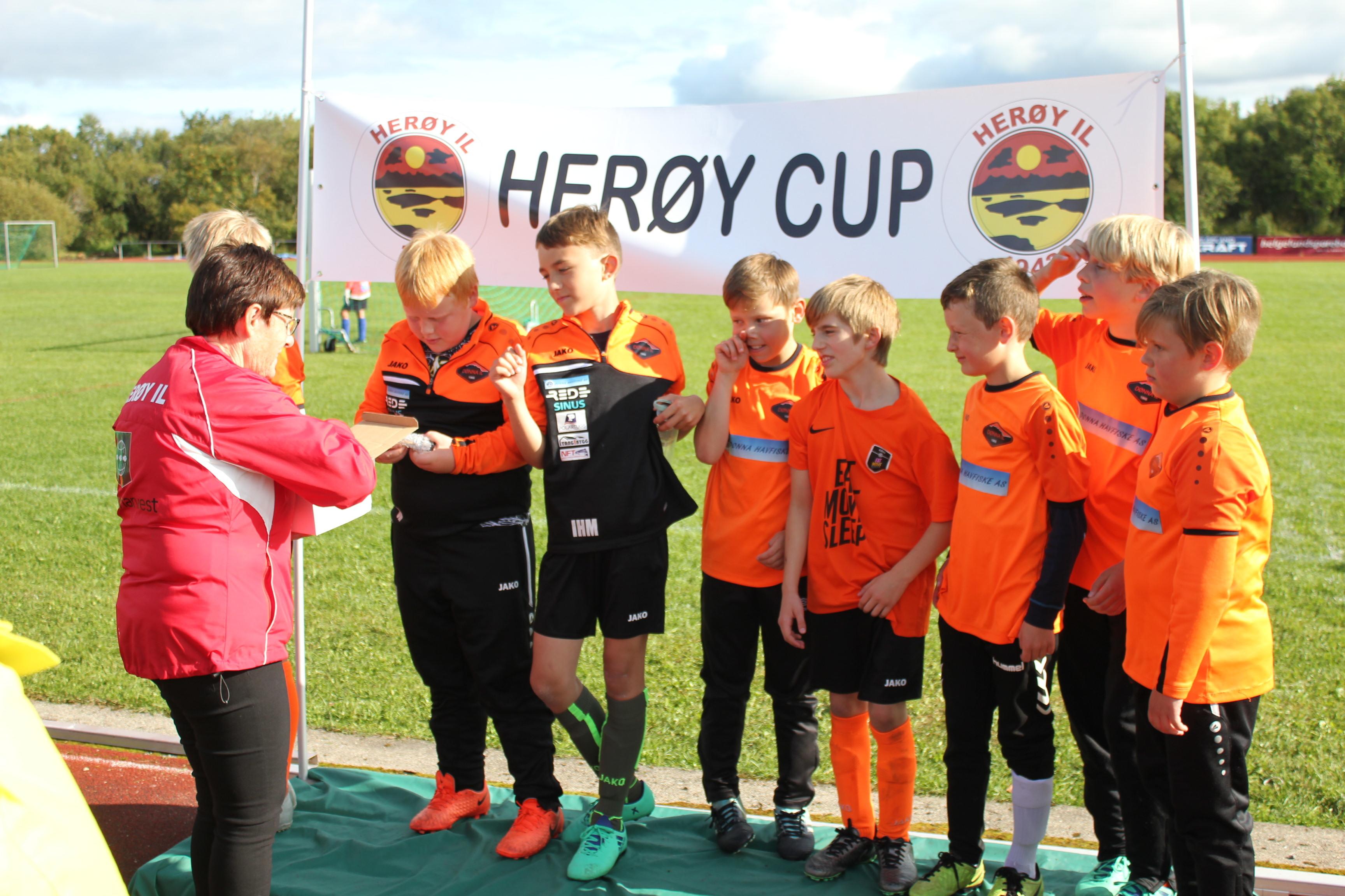 Herøy Cup 2019_Heidi deler ut premier