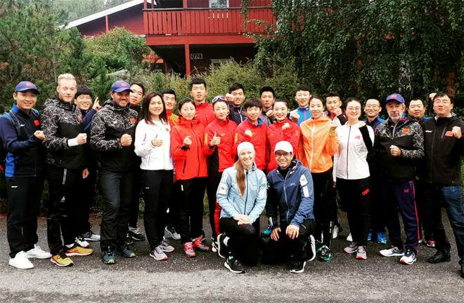 OLE EINAR BJØRNDALEN och Darya Domracheva framför skidskyttarna från Kina som dom nu skall träna fram mot deras eget vinter-OS i 2022.