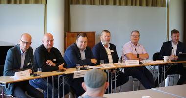Fotografi av ordførerpanelet under Fossilfri grenseregion i Ås kulturhus