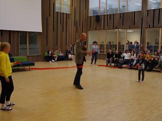 Ola Nordal klipper noren under åpningen av nye Rustad skole 2019.