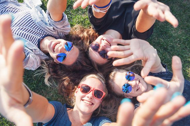 Glade ungdommer i eng