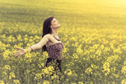 Dame i gul blomstereng