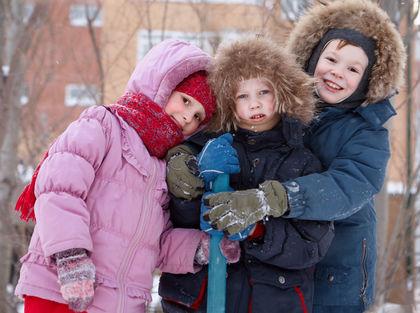 Barn ute vinter