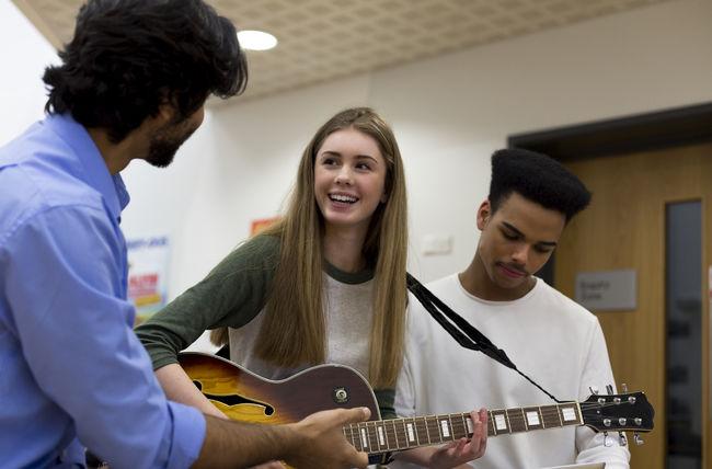 Ungdommar spelar gitar