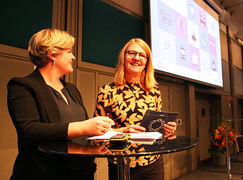 Kristin Standal i KS og Heidi Bunæs Eklund lanserte fredag prinsipper for klart språk i digitale tjenester på den internasjonale klarspråk-konferansen Plain. Foto: KS