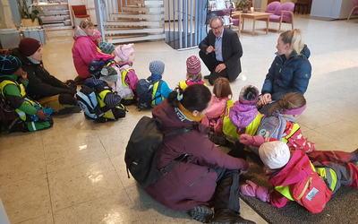 Hysby barnehage besøker rådhuset