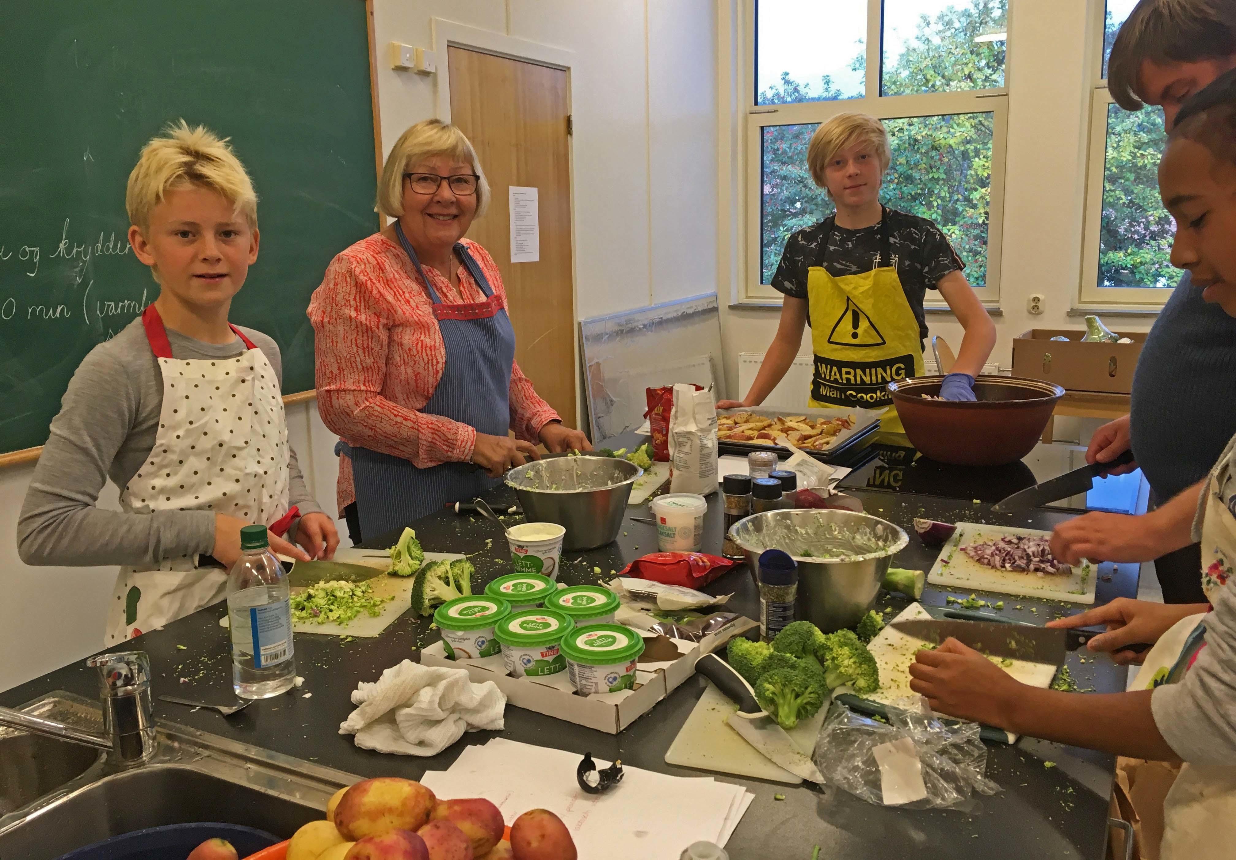 Ungdommer i niende klasse ved Gran ungdomsskole lærer å lage mat av damer fra Østre Gran bygdekvinnelag.