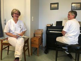 To ansatte på Marka helse- og omsorgssenter ved et piano.