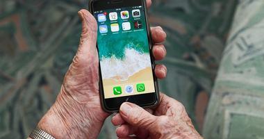 Illustrasjonsfoto av hender som holder en smarttelefon