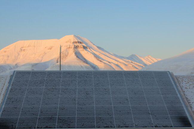 Solcellepanel i Adventdalen, som er et prøveprosjektet
