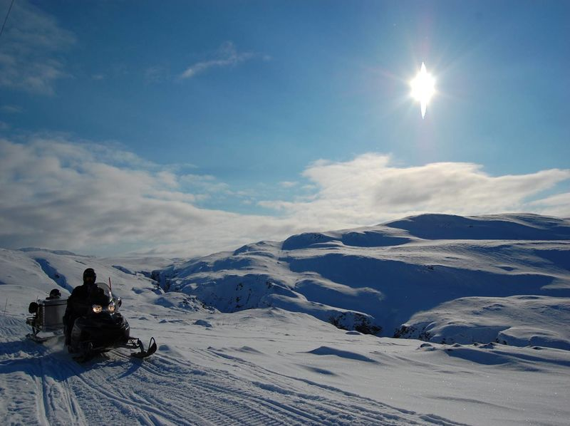 Foto Snøscooter og fjell