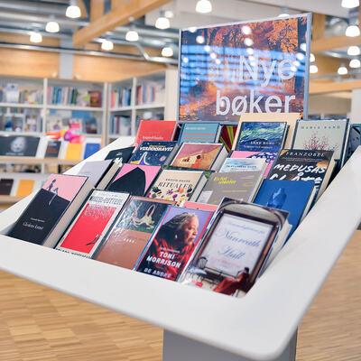Stativ med bøker i Gran bibliotek.