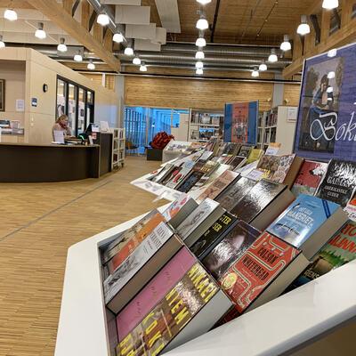 Hyller med bøker i Gran bibliotek.