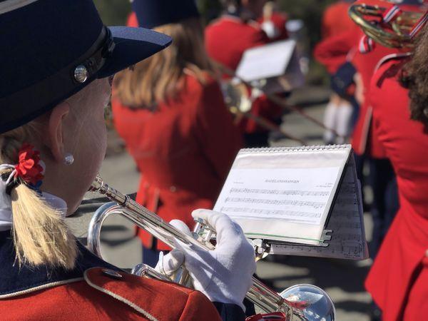 Korpsmusikant som spiller.