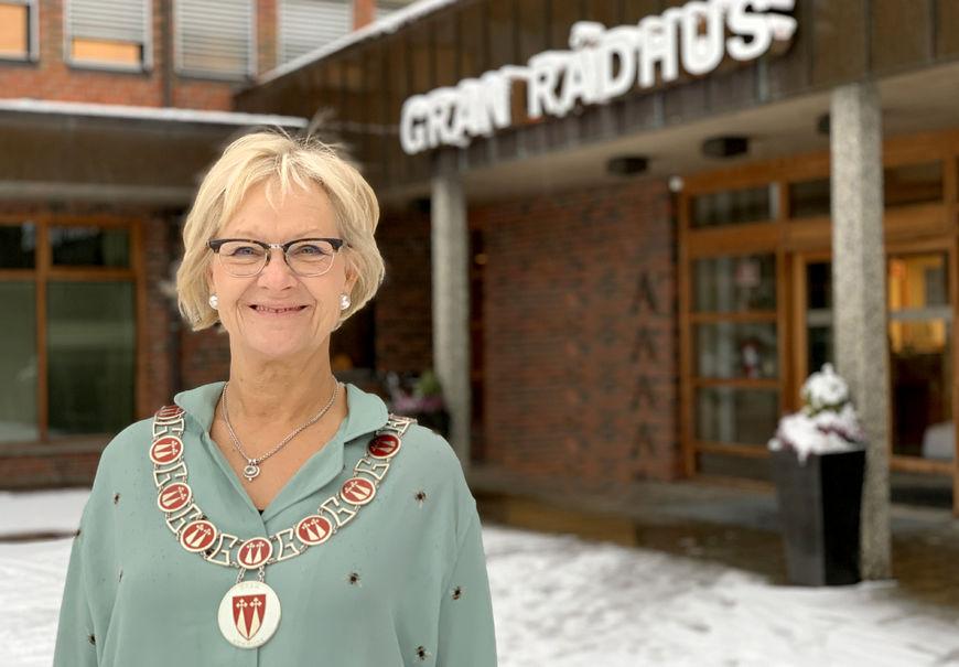 Ordfører Randi Eek Thorsen utenfor hovedinngangen til Gran rådhus.