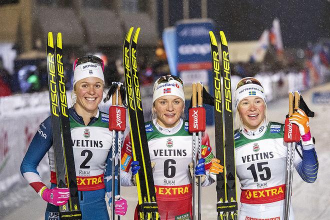 JONNA SUNDLING (th) tvåa i premiären i Ruka. Maiken Caspersen Falla (mitten) vann och Sadie Maubet Bjornsen (tv) var trea. Foto: NORDIC FOCUS