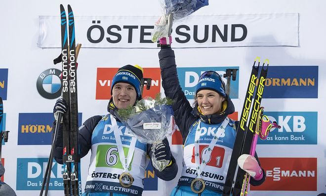 SEBASTIAN SAMUELSSON (tv) och Hanna Öberg jublar över seger i single mixed-stafetten i Östersund. Foto: NORDIC FOCUS