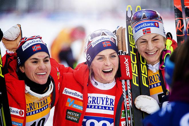 NORGE, NORGE, NORGE. Det är inte bilden skidvärlden vill se, men Heidi Weng (tv), Therese Johaug och Astrid Uhrenholdt Jacobsen var bäst i jaktstarten i Ruka. Foto: NORDIC FOCUS