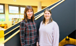 Fra venstre Stine Raaden (biblioteksjef) og Marianne Skog Eltvik (bibliotekar med IKT-ansvar) ved Kongsvinger bibliotek. Foto: Therese Neråsen/Agenda Kaupang