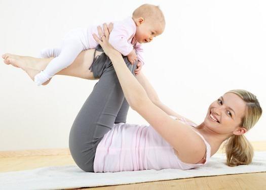 Mor som trener sammen med barnet