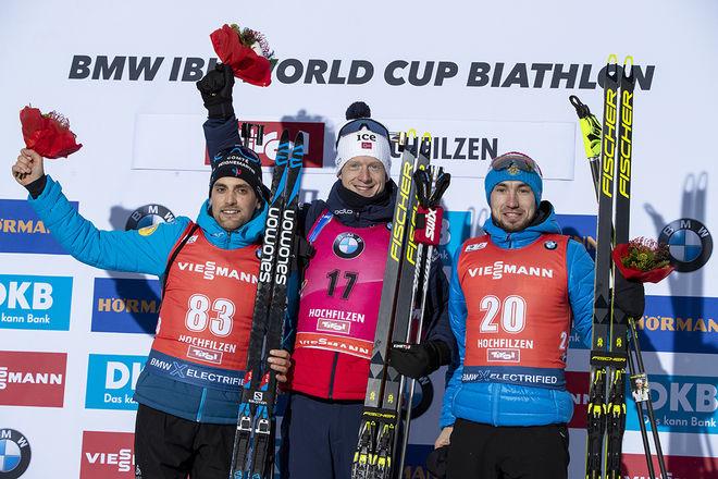 JOHANNES THINGNES BØ (mitten) vann igen i Hochfilzen, nu före Simon Desthieux (tv) och Alexander Loginov. Foto: NORDIC FOCUS