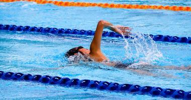 Illustrasjonsfoto av en svømmer i svømmehall