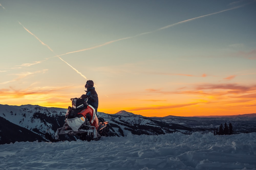 Snøscooter i solnedgang