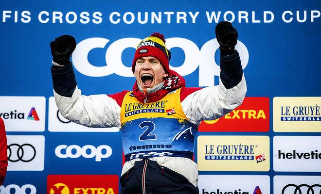 ALEXANDER BOLSHUNOV jublar efter segern i Tour de Ski. Han tog också ledningen i världscupen totalt och pressar nu Johannes Høsflot Klæbo att ta flera sprintpoäng. Foto: NORDIC FOCUS