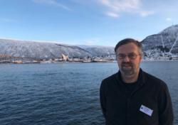 Terje Indgjerd fra Overhalla kommune er Norges beste byggesaksbehandler. Her med Tromsdalen og Ishavskatedralen i bakgrunnen. Foto: Sindre Haarr