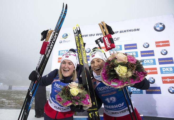 MARTE OLSBU RØISELAND (tv) sköt fullt och vann sprinten i dimman i Oberhof. Tiril Eckhoff slutade 5:a men har vunnit dom fyra senaste världscuptävlingarna. Foto: NORDIC FOCUS