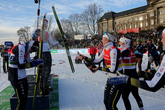 MAJA DAHLQVIST och Evelina Settlin sprutar ner dom svenska herrarna med champagne efter prisutdelningen. Foto/rights: KJELL-ERIK KRISTIANSEN/kekstock.com