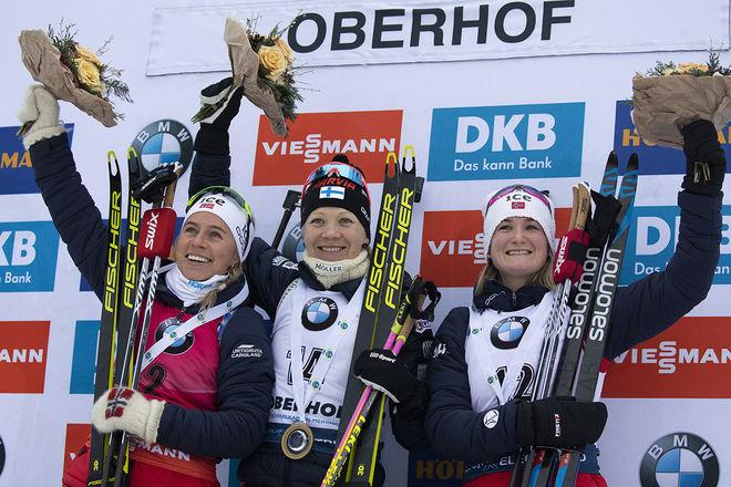 KAISA MÄKÄRÄINEN (mitten) tillbaka på toppen av pallen i Oberhof. Dom båda norskorna Tiril Eckhoff (tv) och Marte Olsbu Røiseland såg till att det blev en helnordisk pall i Tyskland. Foto: NORDIC FOCUS