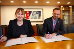 Styreleder i KS Gunn Marit Helgesen og digitaliseringsminister Nikolai Astrup underskriver avtalen. Foto: KS