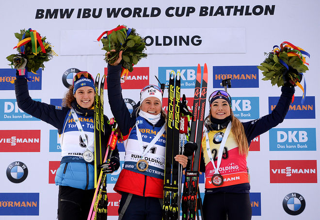 TOP 3 på damernas sprint i Ruhpolding, fr v: tvåan Hanna Öberg, ettan Tiril Eckhoff och trean Dorothea Wierer. Foto: NORDIC FOCUS
