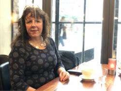 – Jeg følte meg ubrukelig, og det er ikke god helse i det, sier Kristin Berg som er født blind. Hun har deltatt i en undersøkelse om synshemmedes forhold til IKT på jobb. Foto: Elin Ruhlin Gjuvsland