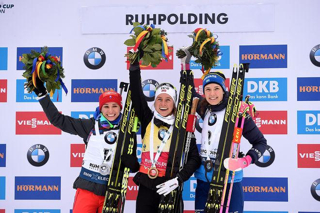 HANNA ÖBERG (th) jublar över 3:e plats i jaktstarten. Tiril Eckhoff (mitten) var suverän och Pavlina Fialkova (tv) slutade tvåaa. Foto: NORDIC FOCUS