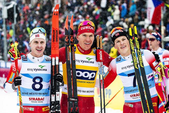 ALEXANDER BOLSHUNOV (mitten) hade inga problem i jaktstarten i Nove Mesto och vann före Johannes Høsflot Klæbo och Simen Hegstad Krüger. Foto: NORDIC FOCUS