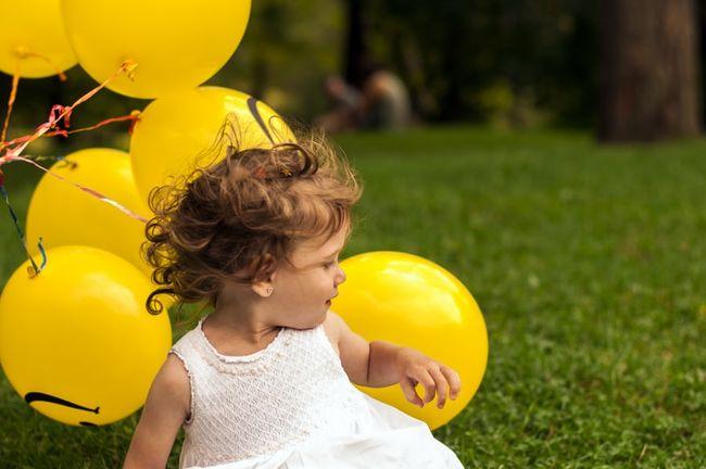barn og gule ballonger