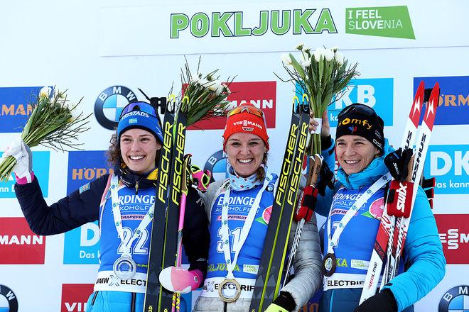 HANNA ÖBERG (tv) var tvåa igen i världscupen, men Denise Herrmann (mitten) vann efter felfritt skytte för första gången på distans. Frankrikes veteran Anais Bescond (th) var trea. Foto: NORDIC FOCUS