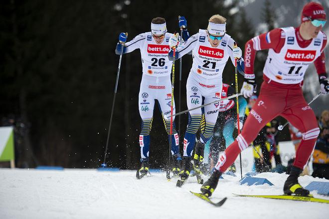 OSKAR SVENSSON tog sig till finalen och var 5:a totalt i Oberstdorf. Här före Johan Häggström som slogs ut i kvartsfinalen. Foto: NORDIC FOCUS