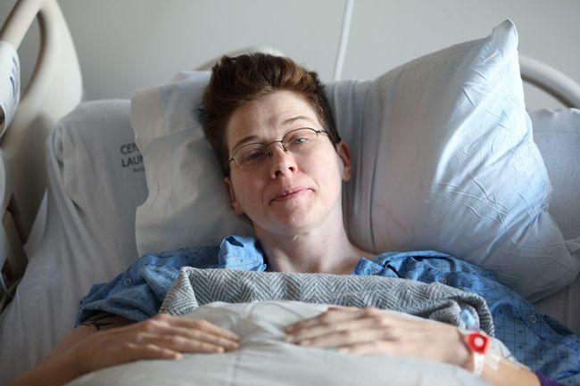 kvinne i sykeseng