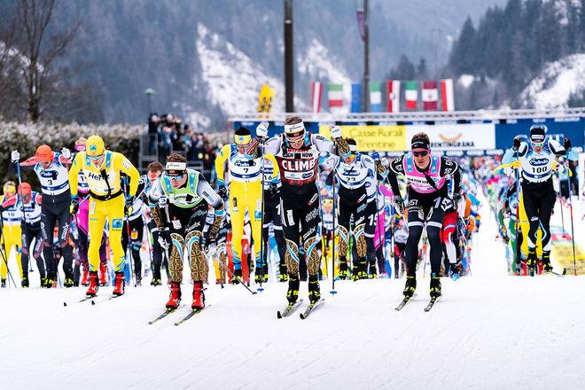 STARTEN HAR GÅTT för elitåkarna. Lager 157:s Emil Persson i första ledet näst längst till höger, helt till höger Dario Cologna (nr.100). Foto: VISMA SKI CLASSICS