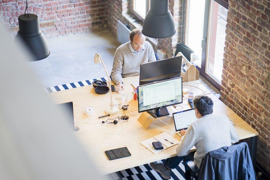 to personer på kontor