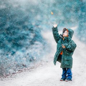 Gutt fanger snøfnugg