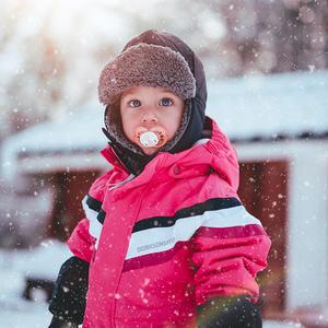 Barn ute i snøen